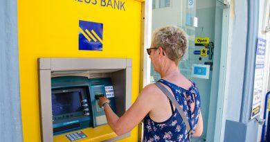 Geld opnemen via een geldautomaat in Griekenland