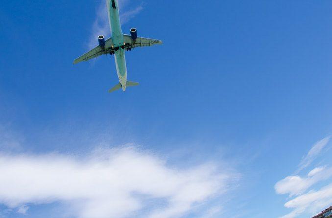 Laagvliegende vliegtuigen bij de luchthaven.