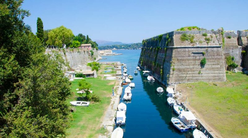 Uitzicht vanaf de brug voor het oude fort in Corfu-stad.