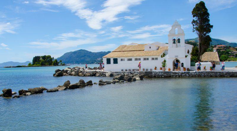 Vlacherna-klooster met het muizeneiland (Pontikonisi) op de achtergrond.
