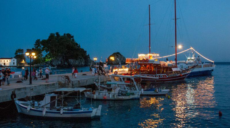 Verlichte bootjes aan de pier van Parga