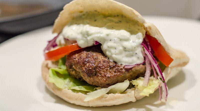 Griekse hamburger in een pitabroodje
