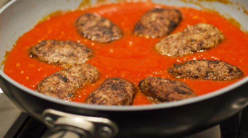 Soutzoukakia recept voor Griekse gehaktballetjes in tomatensaus