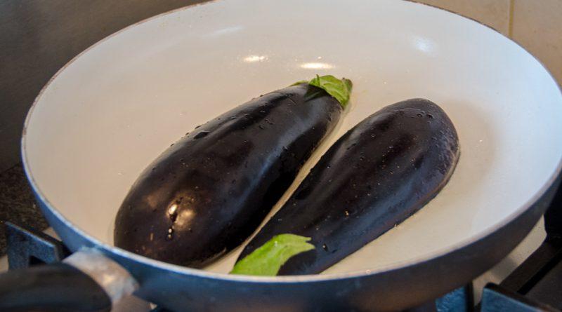 Bak de gehalveerde aubergines even aan in de pan