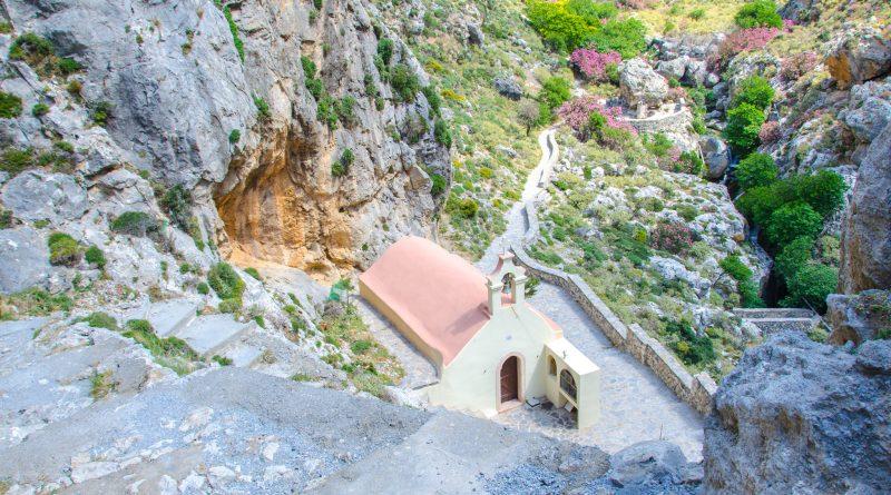 Uitzicht op het kerkje in de Kourtaliotiko Kloof