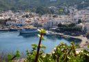Een ferry meert aan bij het haventje van Patmos
