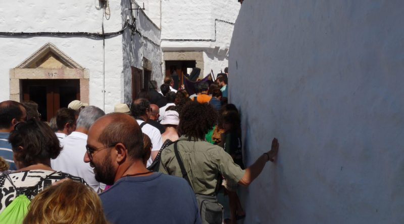 Processie door de smalle straatjes van Chora