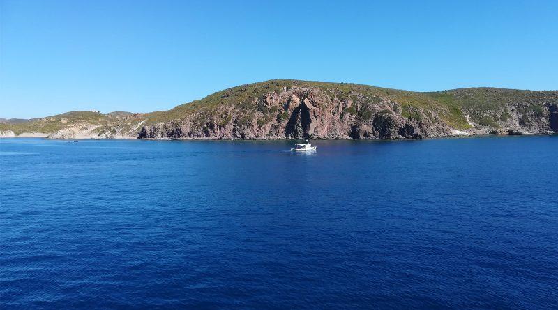 Uitzicht vanaf zee op Patmos