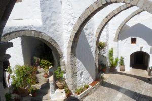 Bogen in de straten van Patmos