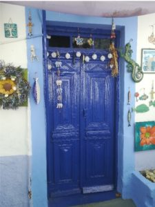 Blauw versierde deur op Lipsi