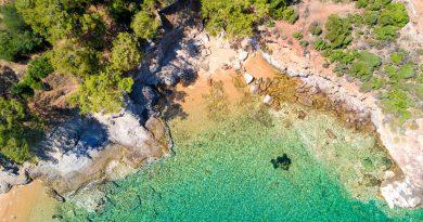 Prachtige rotsen en turquoise zee op Thassos