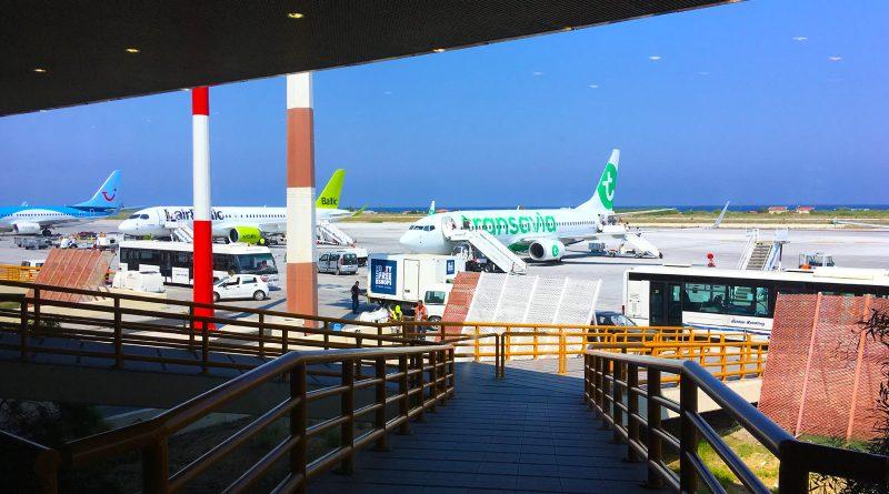 Het vliegveld van Rhodos met vliegtuigen die klaar staan voor vertrek